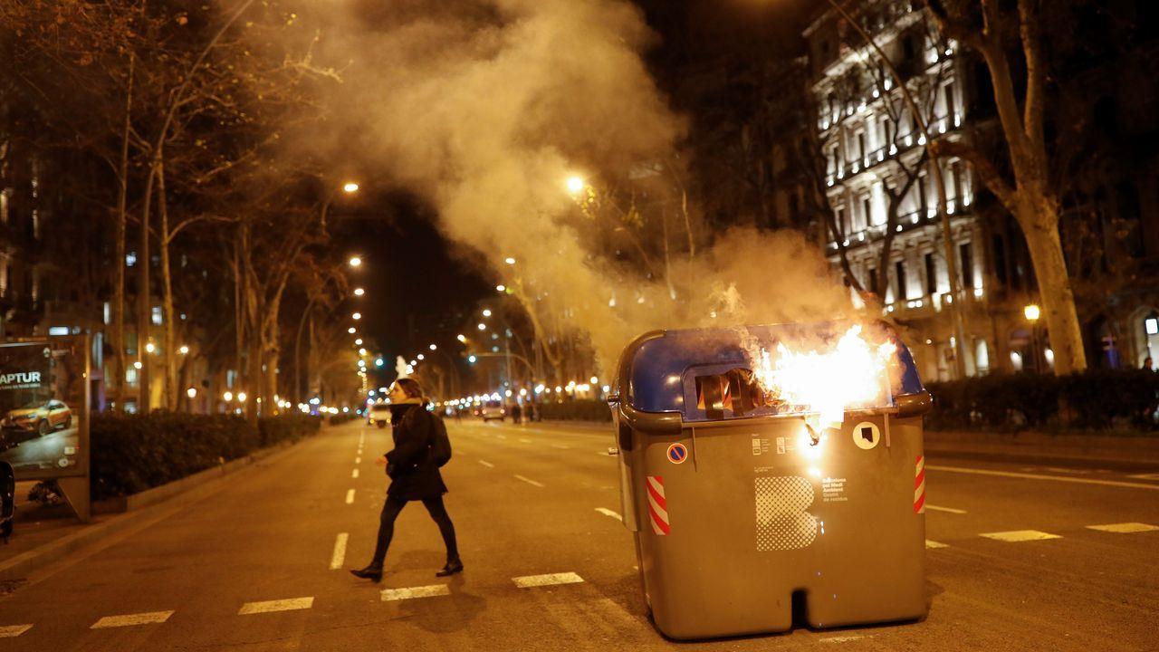 Los exconsellers presos, aclamados a su llegada al Parlamento catalán.Los radicales volvieron a quemar contenedores este lunes en Barcelona
