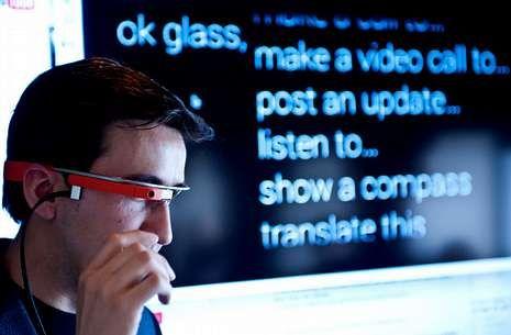 Doble Check.Un usuario prueba las Google Glass, cuyo menú se proyecta en la pantalla posterior.