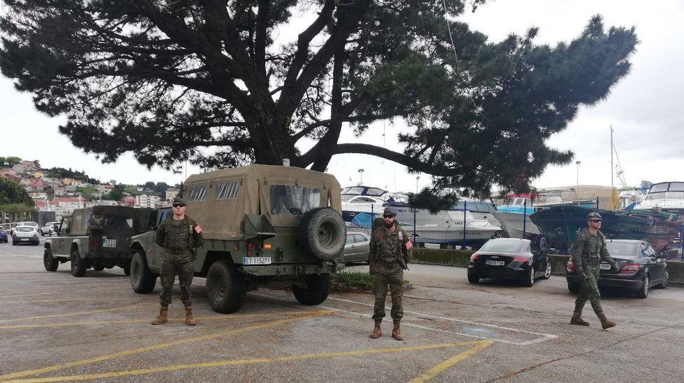 Así operan los equipos NBQ en las residencias.Un vehículo del Ejército de Tierra pasa este miércoles por el centro de Oviedo