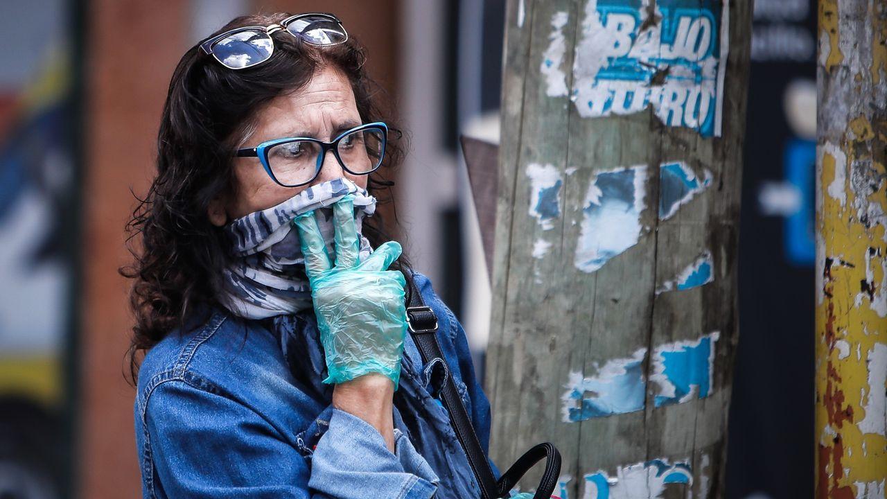 Una mujer se protege con guantes y una bufanda en Argentina