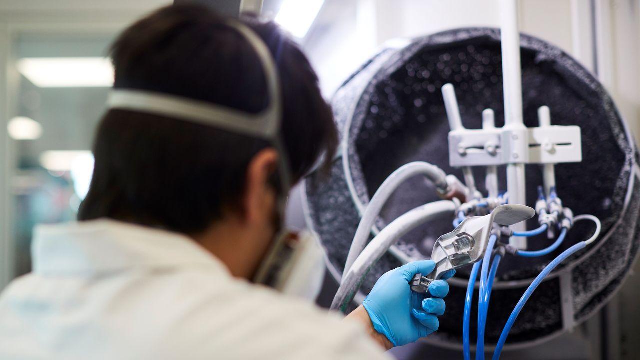 Un técnico ultima, este lunes, uno de los respiradores fabricados con impresoras 3D en la Zona Franca de Barcelona