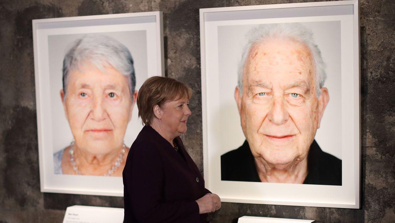 Merkel inauguró en Essen  la exposición «Survivors. Faces of Life after the Holocaust», formada por los retratos de 75 supervivientes.