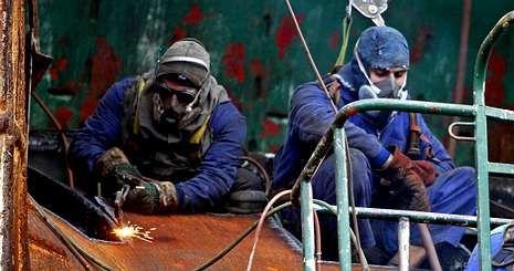 Operarios de Factoría Naval trabajando en la reparación de un barco en las vías del astillero marinense el pasado invierno.