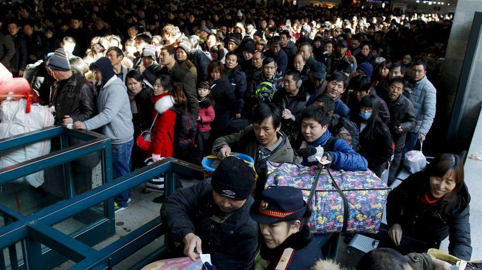 El año del mono ya está aquí.El baile del león en un parque de Pekín.