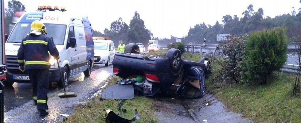 El coche volcó y se arrastró varios metros hasta  caer en la mediana de la A-6.