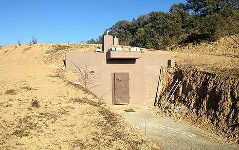 Este búnker se construyó aprovechando el desnivel de una pequeña loma anexa a una propiedad.