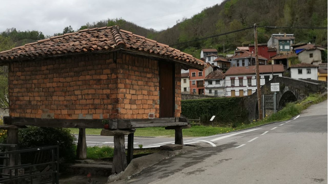 Un hórreo tapiado en Pola de Laviana