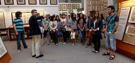 Francisco Sánchez muestra las instalaciones de La Voz a los alumnos de la UIMP y a Mira.