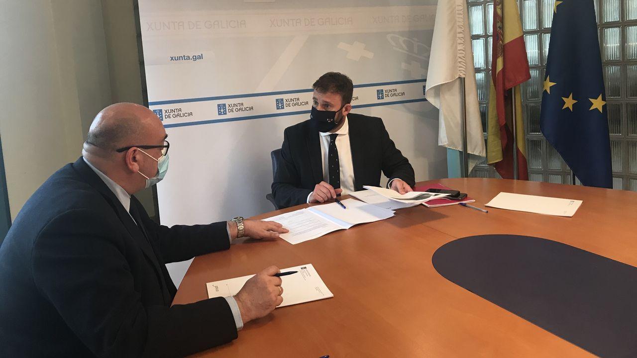 El alcalde de Valdoviño, Alberto González (izquierda), y el delegado territorial de la Xunta, Gonzalo Trenor, en la reunión de ayer