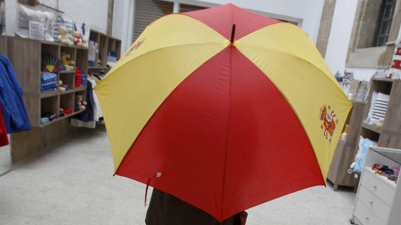 El paraguas que lució Cifuentes en los actos del 12 de octubre del 2016 es uno de los artículos que más llaman la atención de los visitantes