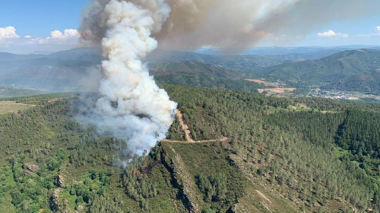 Una imagen del incendio declarado en la parroquia de Vilar de Lor tomada desde una de las aeronaves que participan en las tareas de extinción