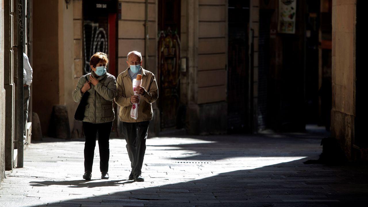 Una pareja camina por el centro de Barcelona, este martes, cuando el gobierno catalán prepara nuevas medidas para tratar de frenar el aumento de contagios