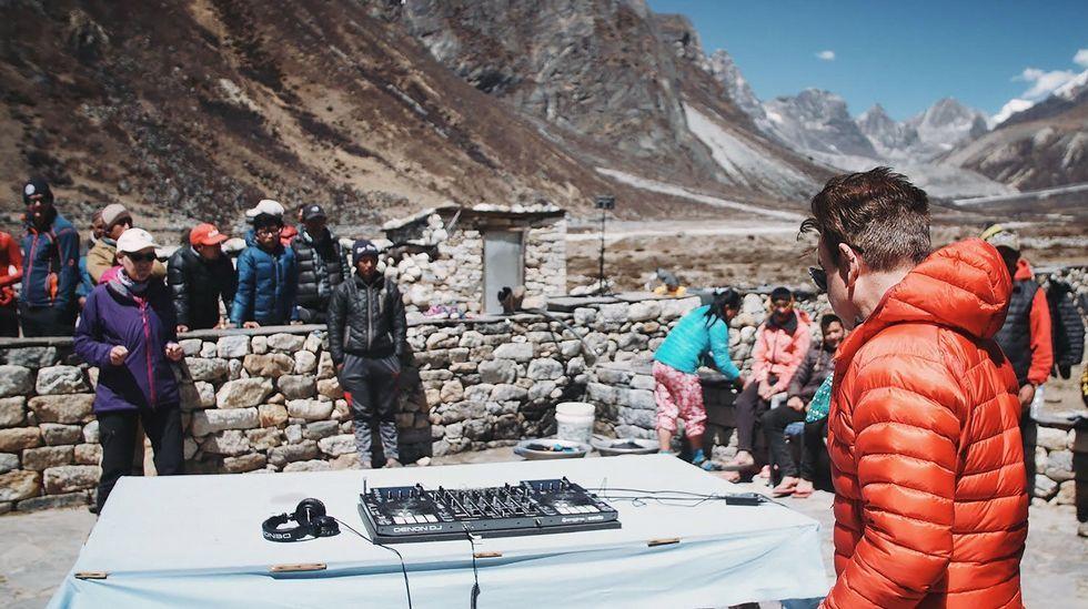 Día de la Tierra. Un grupo de montañeros, a punto de atacar una cumbre en Nepal.