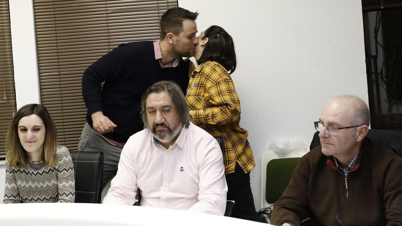 El alcalde Fran Cajoto saluda a la concejala Milagros Louzán en su toma de posesión como concejala