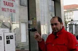 Juan José Pita señala la ubicación del terminal que arrancaron el pasado 30 de diciembre.