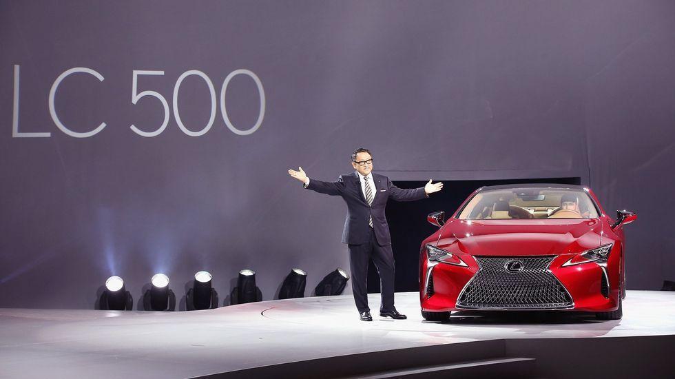 Lexus LC 500. Extremadamente ligero y con un centro de gravedad muy bajo, el LC 500 será un coche muy estable y aerodinámico. Destaca su parrilla en forma de flecha invertida y su techo de cristal. Akio Toyota, Consejero Delegado del grupo Toyota, lo presentó en Detroit.