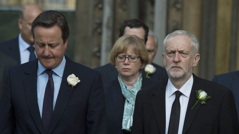 Cameron sobre el Brexit: «Los británicos no se rinden».Un activista a favor de la permanencia en la UE reparte publicidad en Londres
