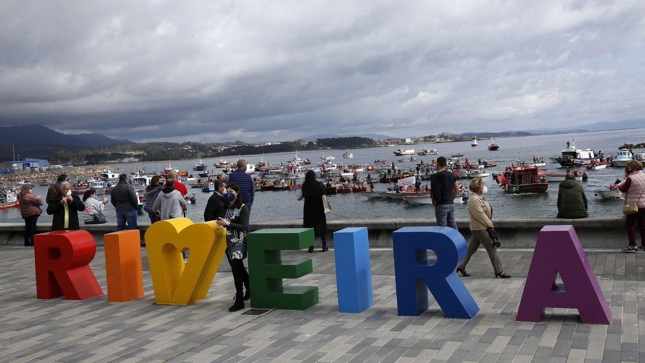Desde el paseo de Ribeira, numerosos vecinos apoyaron a la flota de bajura en la protesta