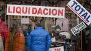 En algunos escaparates de Lugo ya lucen las pegatinas y los carteles anunciando rebajas