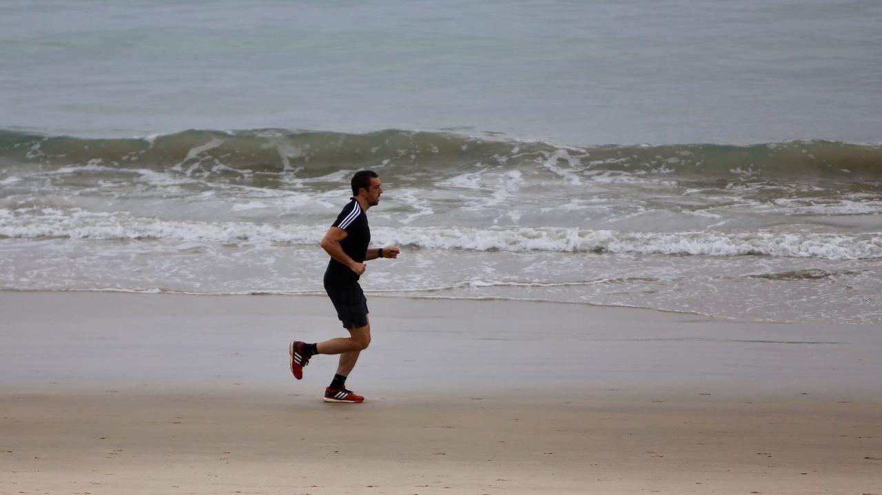 El deporte sustituye la resaca en las playas sin hogueras de la ría de Vigo