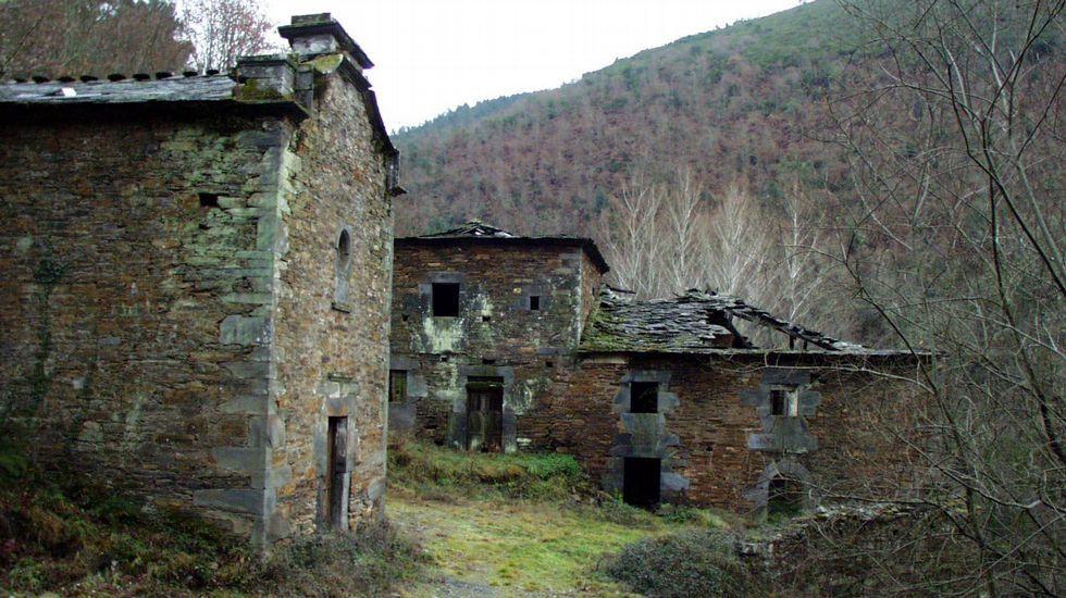 Capilla (a la izquierda) y viviendas de la antigua ferrería de Loureiro, en A Pobra do Brollón