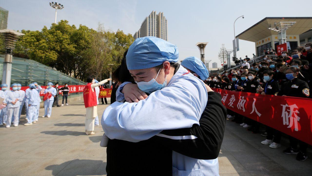 Dos medicos se abrazan en Wuhan