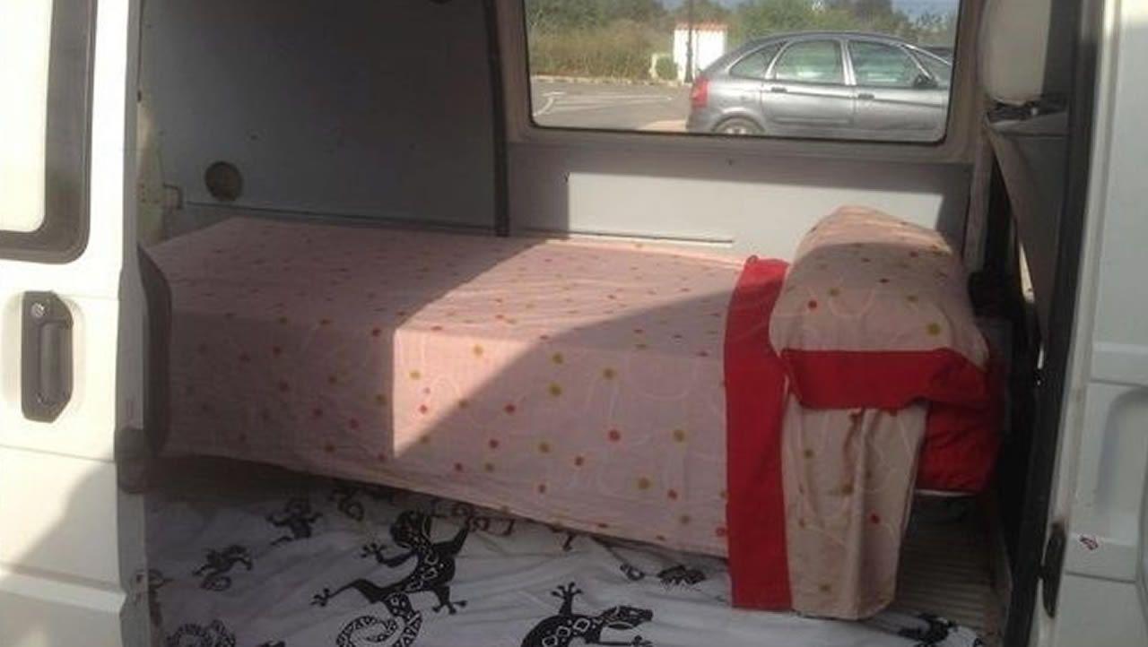 En anuncios de alquiler se ofertan camas en furgoneta por quinientos euros y sin ducha