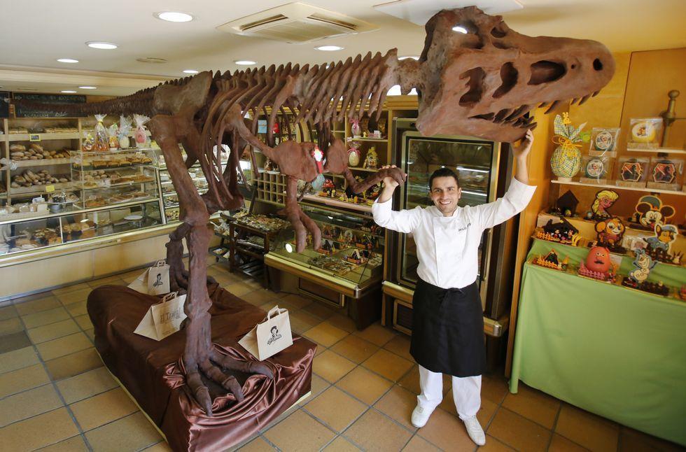 El pastelero, con su obra, que pesa 300 kilos y no está hueca. Se sostiene con una estructura de varillas de acero.