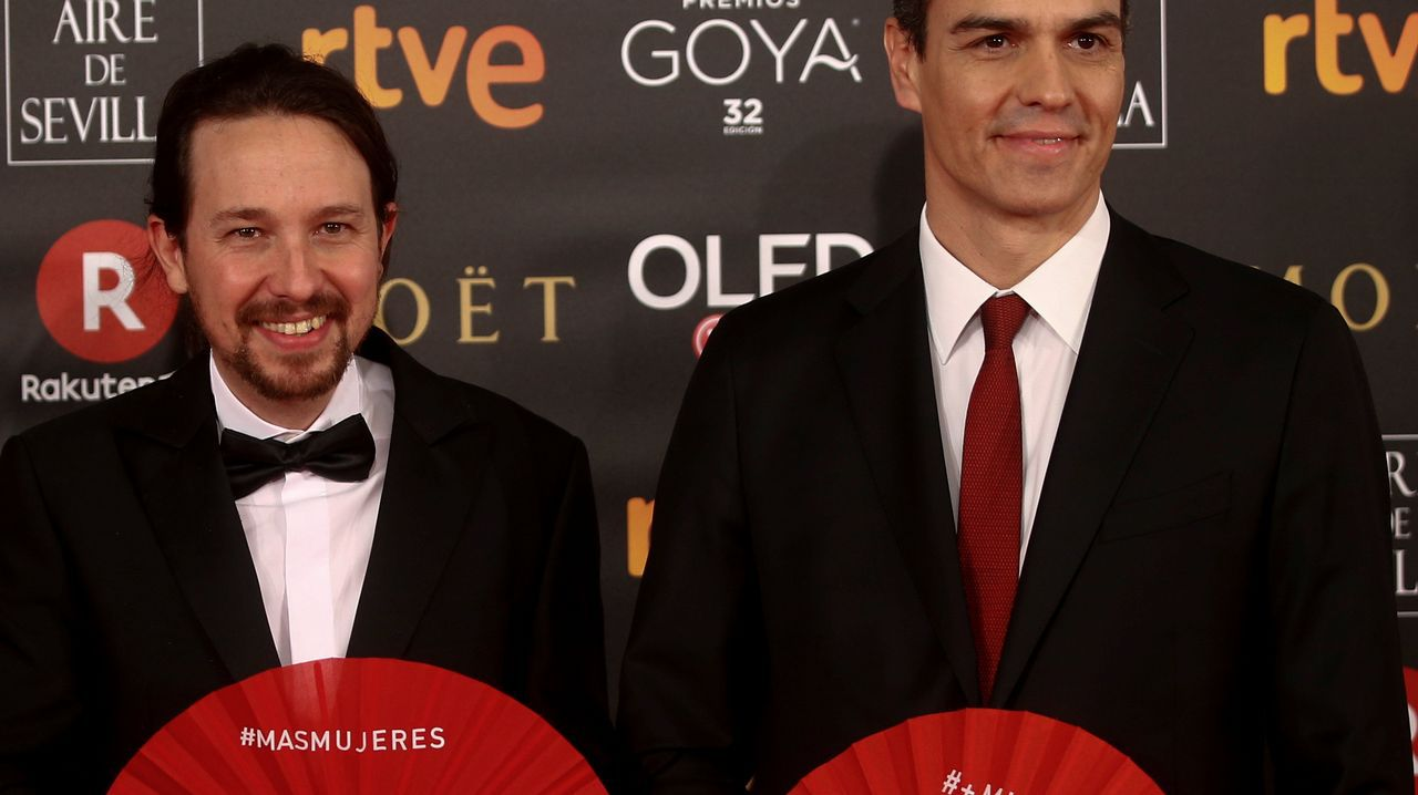 Maria Botto.Pablo Iglesias y Pedro Sánchez, con los abanicos rojos.