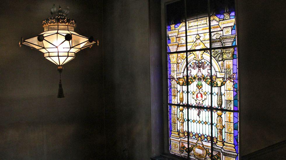 Lámpara y vidriera en la escalera principal de la Casa Paquet