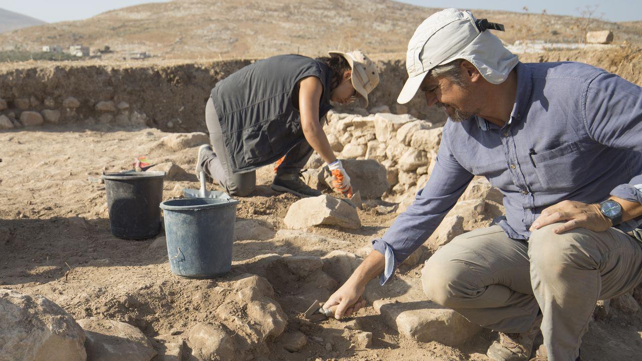 El profesor Montero Fenollós -en primer término-, en una excavación en Palestina en el 2019