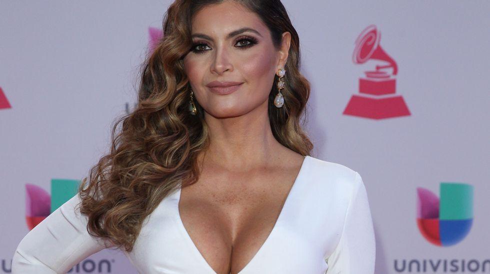 La animadora venezolana Chiquinquirá Delgado también robó muchas miradas con su vestido blanco, con gran escote.