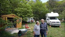 Incendio en las instalaciones de Jealsa.Ursula y Eggert en la finca donde montarán el espacio común junto a su casa, su autocaravana