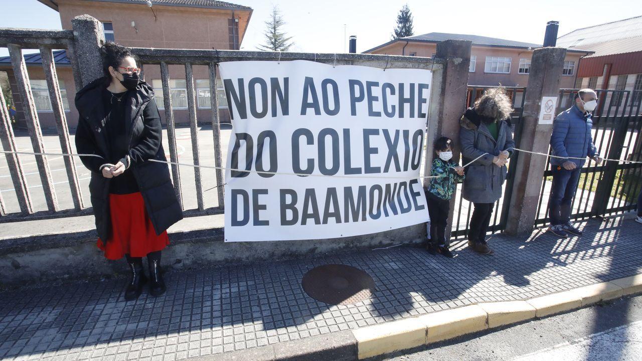 Padres y madres de alumnos del colegio de Baamonde realizaron un acto de protesta ante el centro para reclamar que no se cierre