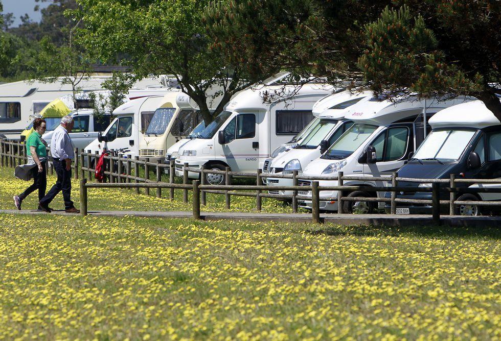 En la explanada de O Bao había ayer una veintena de autocaravanas y furgonetas.