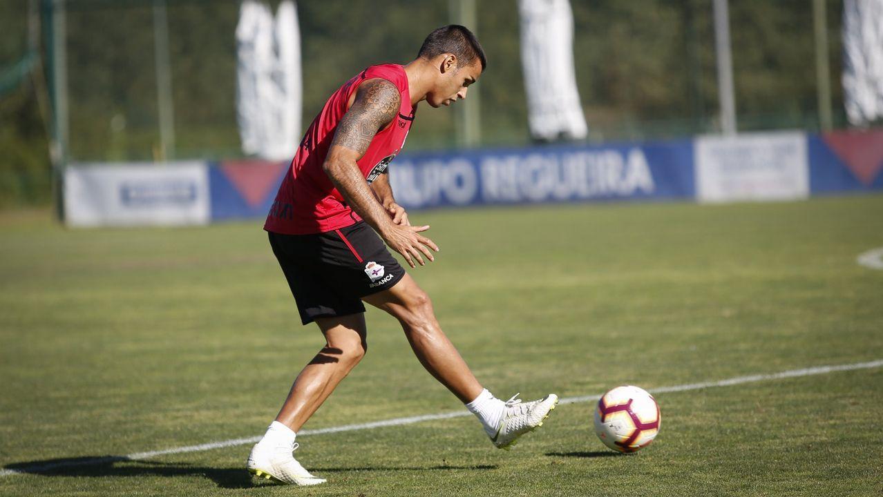 Saúl Berjón protege un balón en el Nàstic-Oviedo