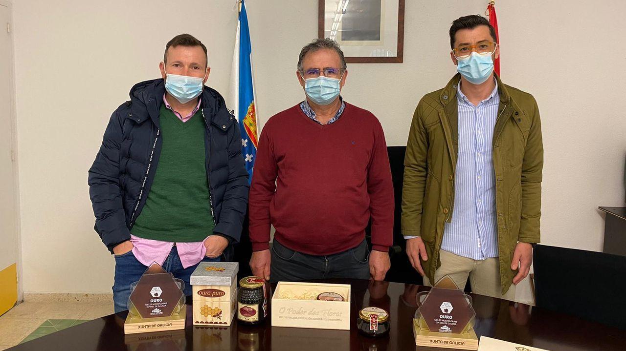 Iván Marrube, el alcalde Jorge Val, y Javier Carreiras, este día de Nochebuena, en la casa consistorial de Alfoz, con las mieles galardonadas
