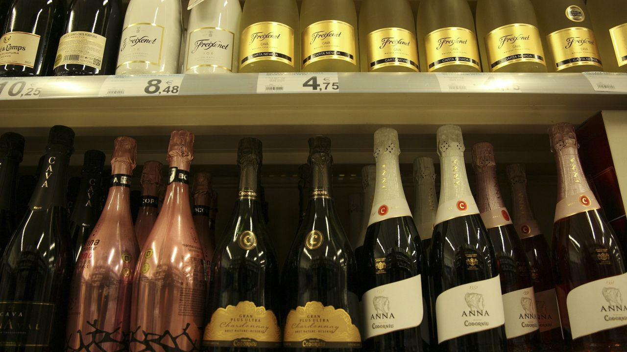 Botellas de cava catalán en un supermercado de Carballo, en una imagen de archivo