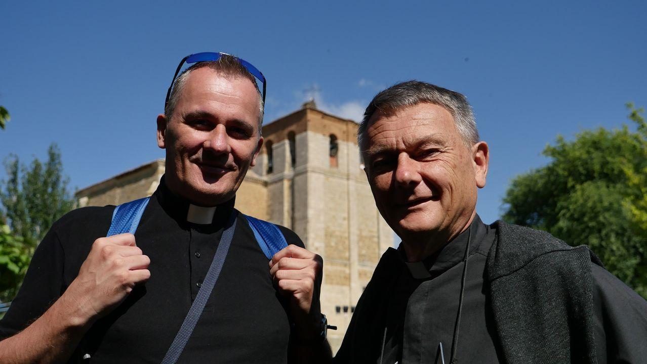 Los párrocos franceses Don Louis y Don Davide acompañan a jóvenes de entre 12 y 17 años de su diócesis en la peregrinación