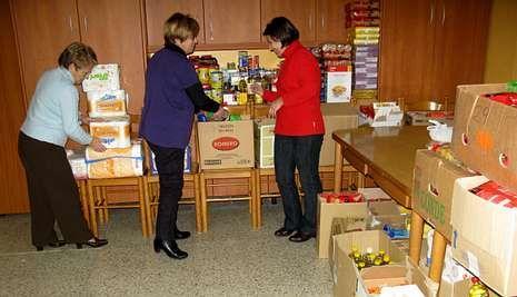 <span lang= es-es >Entrega.</span> La asociación de amas de casa de Negreira mantiene abierta la recogida de alimentos hasta el domingo y pide a los vecinos que donen leche y alimentos perecederos.