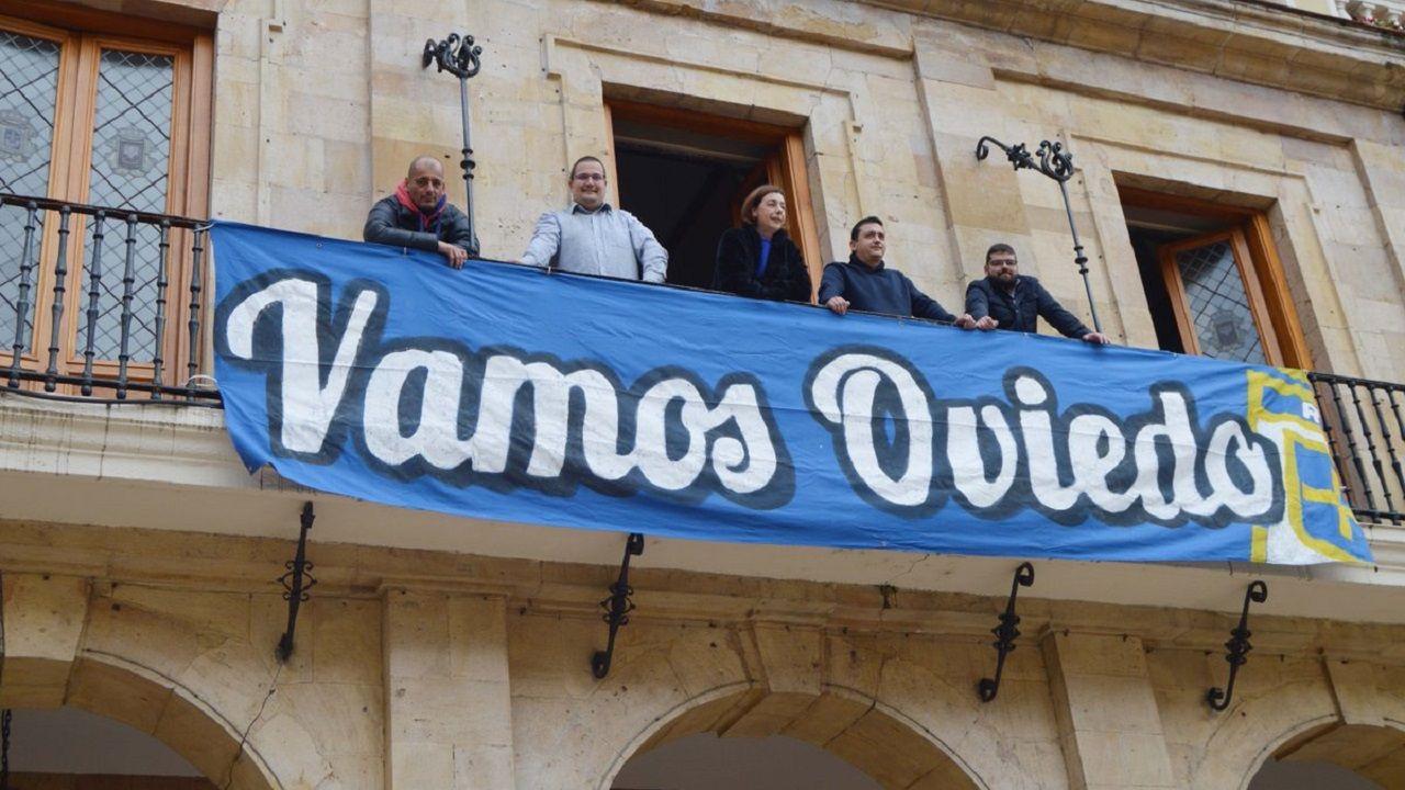Pancarta de apoyo al Real Oviedo colgada en el Ayuntamiento