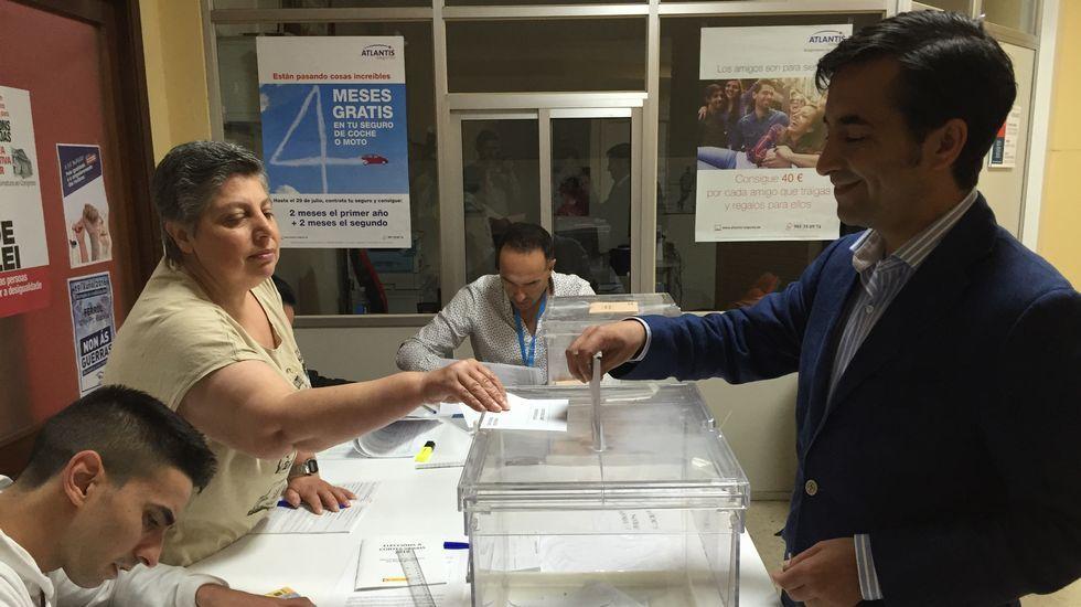 El conselleiro de Política Social, José Manuel Rey Varela, y presidente del PP local, vota en la sede de Comisiones Obreras, en Ferrol.