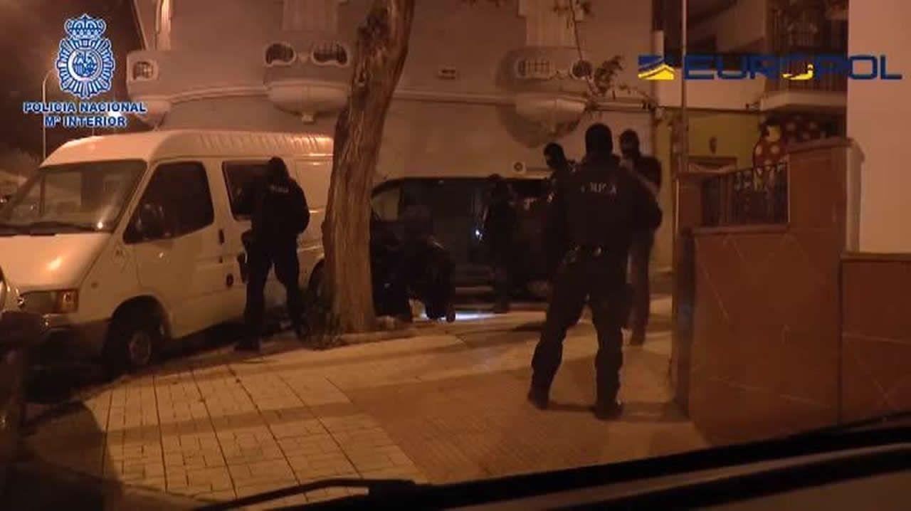 La Policía Nacional detiene en Málaga al marido de una de las terroristas más buscadas de Europa.Milicianas peshmergas hacen cola para votar en la jornada que fue asignada a los kurdos