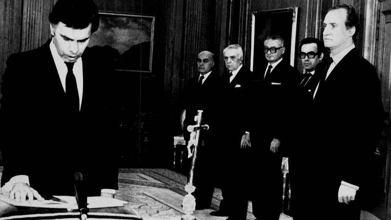 Felipe, Aznar y los jarrones chinos.González jurando su cargo ante el rey