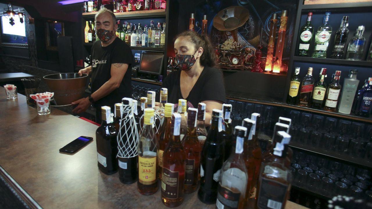 Azucena Rico y Ángel Rodríguez, en el pub Malvada, en Ferrol, en verano, cuando abrieron durante mes y medio
