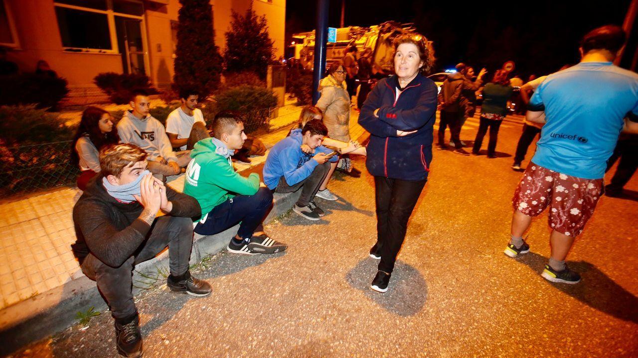 Gente esperando en la calle por si tienen que desalojar la zona en Coruxo, Vigo