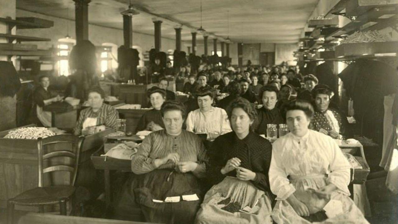 El esplendor del «Gijón romano».Operarias del taller de cigarrillos superiores, en 1906, en una fotografía de Julio Peinado