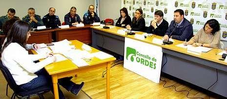 A la reunión asistieron agentes de varios servicios de seguridad y representantes de siete concellos.