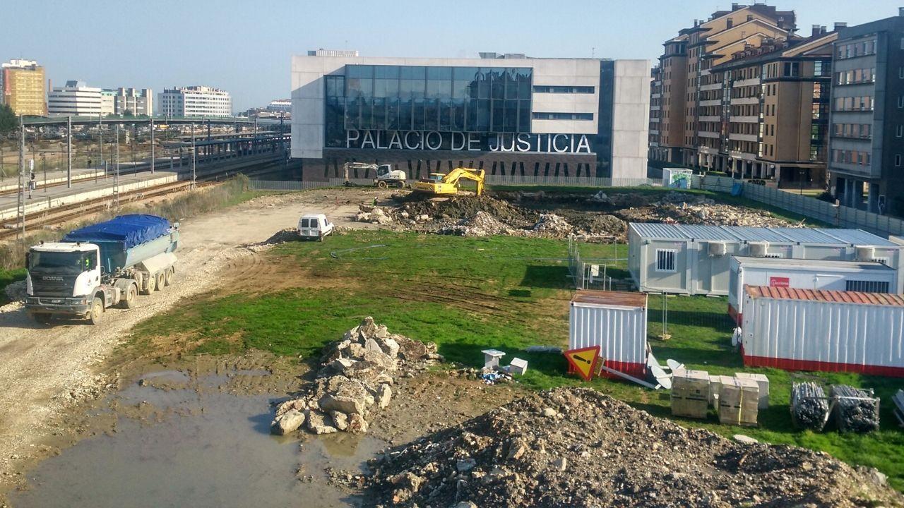 Peatones y ciclistas protestan contra la terraza de los jardines de la Reina en Gijón.Trabajos de excavación en el solar en el que se construirá la nueva comisaría de Policía Local de Gijón