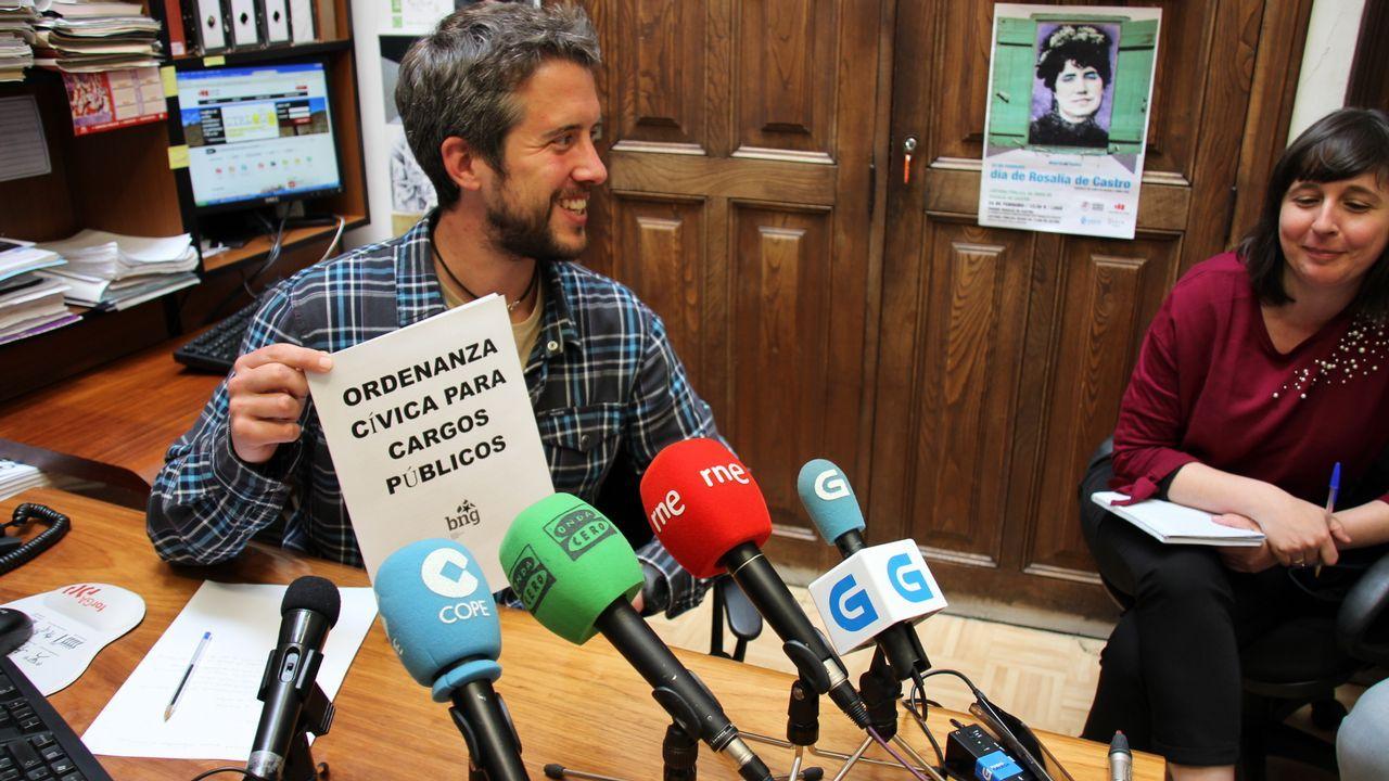 El consejero de Educación, Genaro Alonso, desde su escaño de la Junta General.